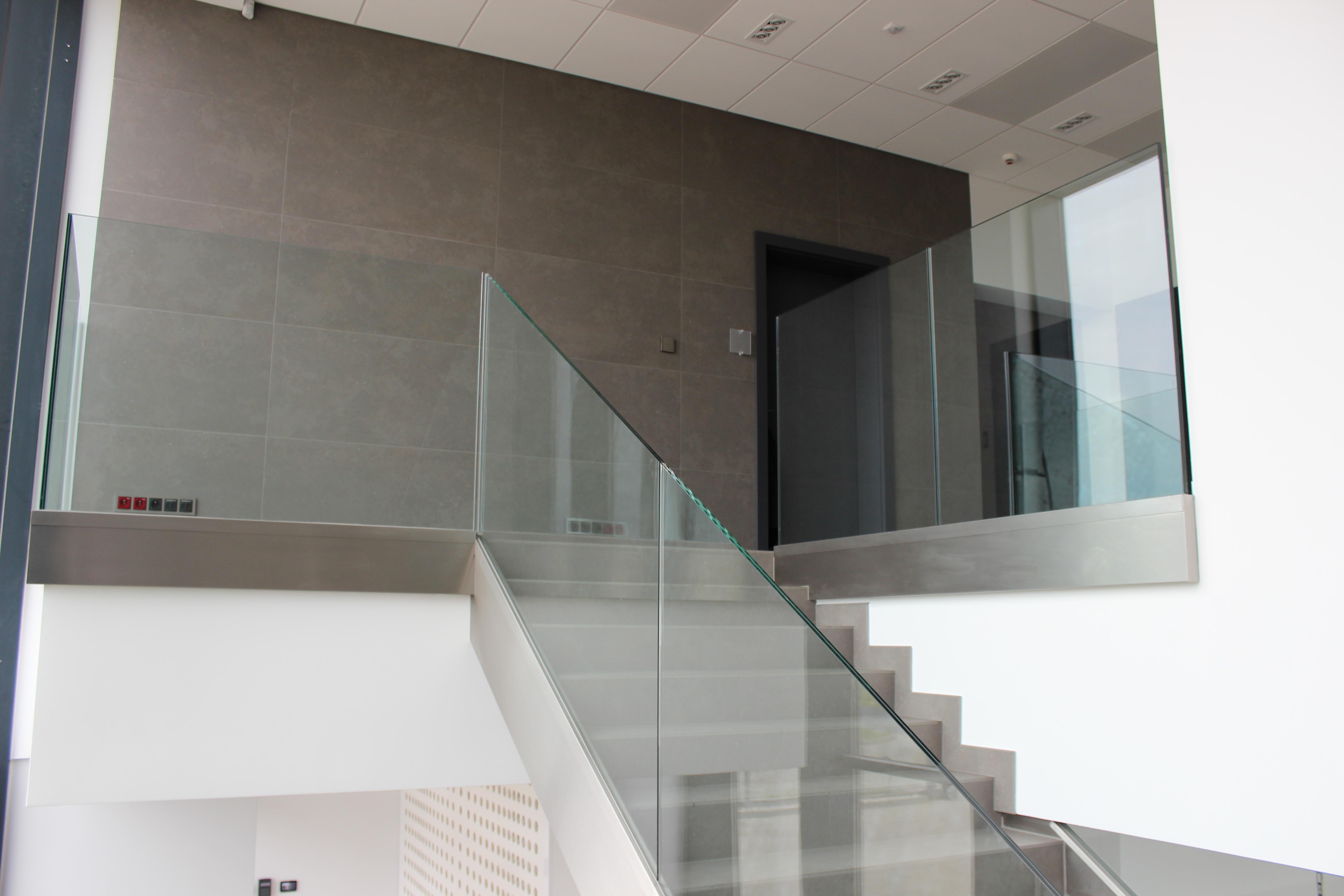 Wszystko co powinieneś wiedzieć o balustradach szklanych przed ich zakupem