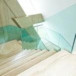 Balustrada szklana - szkło wpuszczone w schody