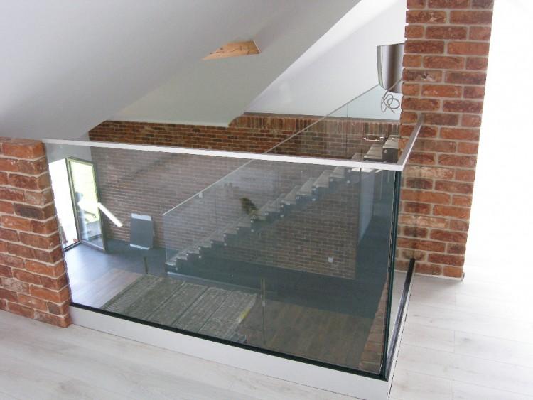 Zalety i wady balustrad szklanych